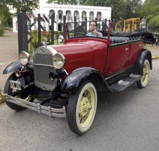 San Miguel de Tucumán en un auto antiguo
